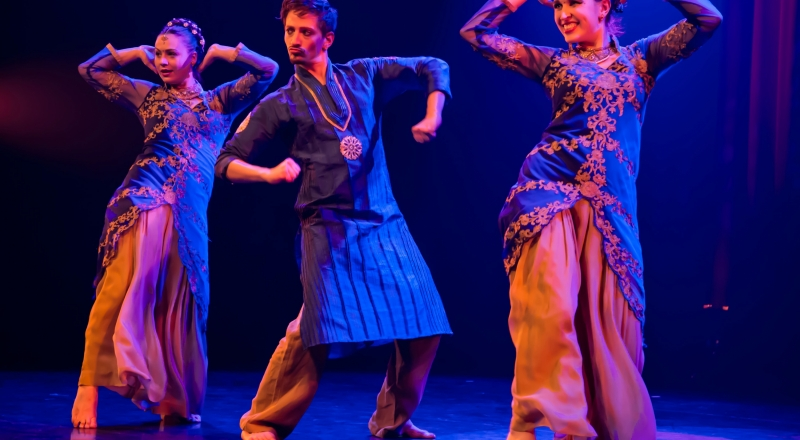 Aare: Ningth scene of the performance Bombay Express by dance collective Bollylicious